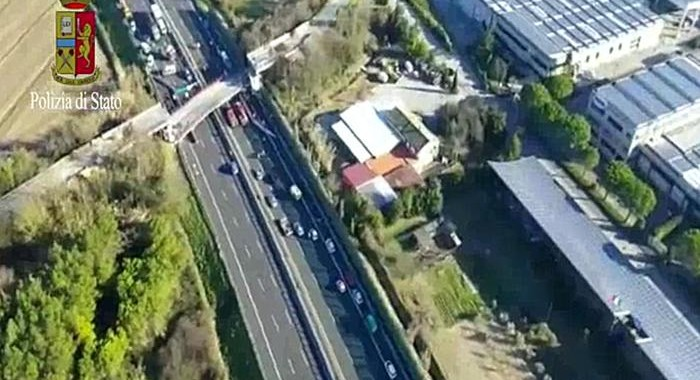 ++ Crolla ponte su A14, due morti e due feriti ++